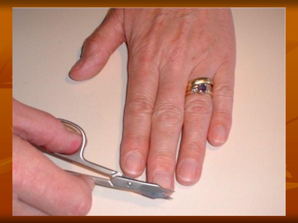 Elle se coupe les ongles avec des ciseaux