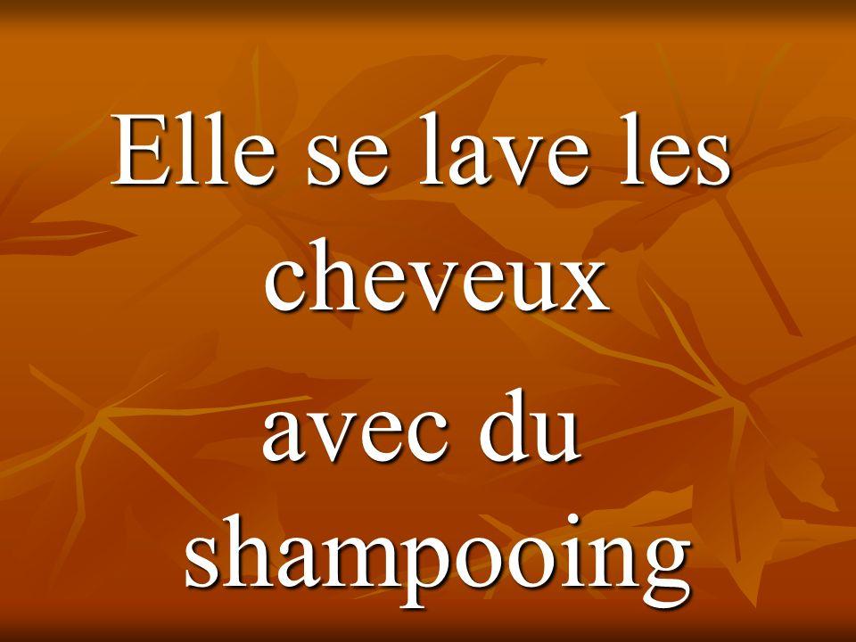 Elle se lave les cheveux avec du shampooing