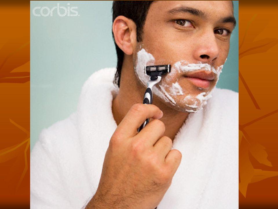 Il se rase avec un rasoir et de la mousse à raser (de la crème à raser)