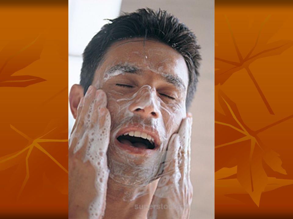 Il se lave la figure avec un savon