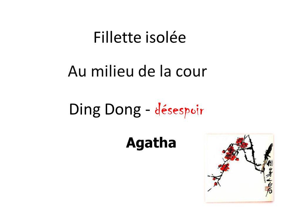 Fillette isolée Au milieu de la cour Ding Dong - désespoir Agatha