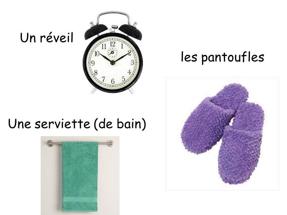 Une serviette (de bain) Un réveil les pantoufles