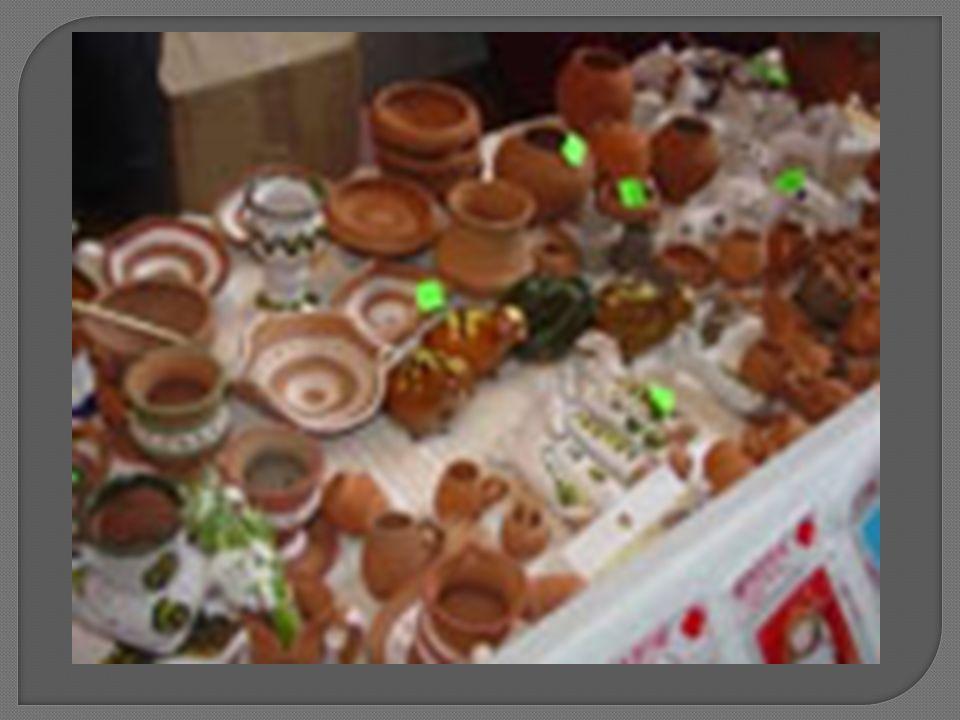 On les voit lors des foires organisées par les musées roumains de plein air - les maîtres artisans attirent toujours des foules de curieux, qui veulent savoir comment on fait tel ou tel objet.