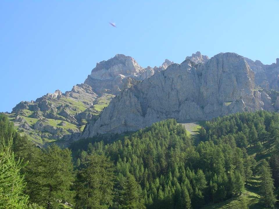 Après avoir grimpé sur ce petit chemin Nous passons un petit col Rionda à 2156 mètres Et après cest un chemin tout plat qui nous attend pour rejoindre la cabane Nous avons quitté le canton du Valais pour le Canton de Vaud Et cest tout un autre paysage qui nous attend