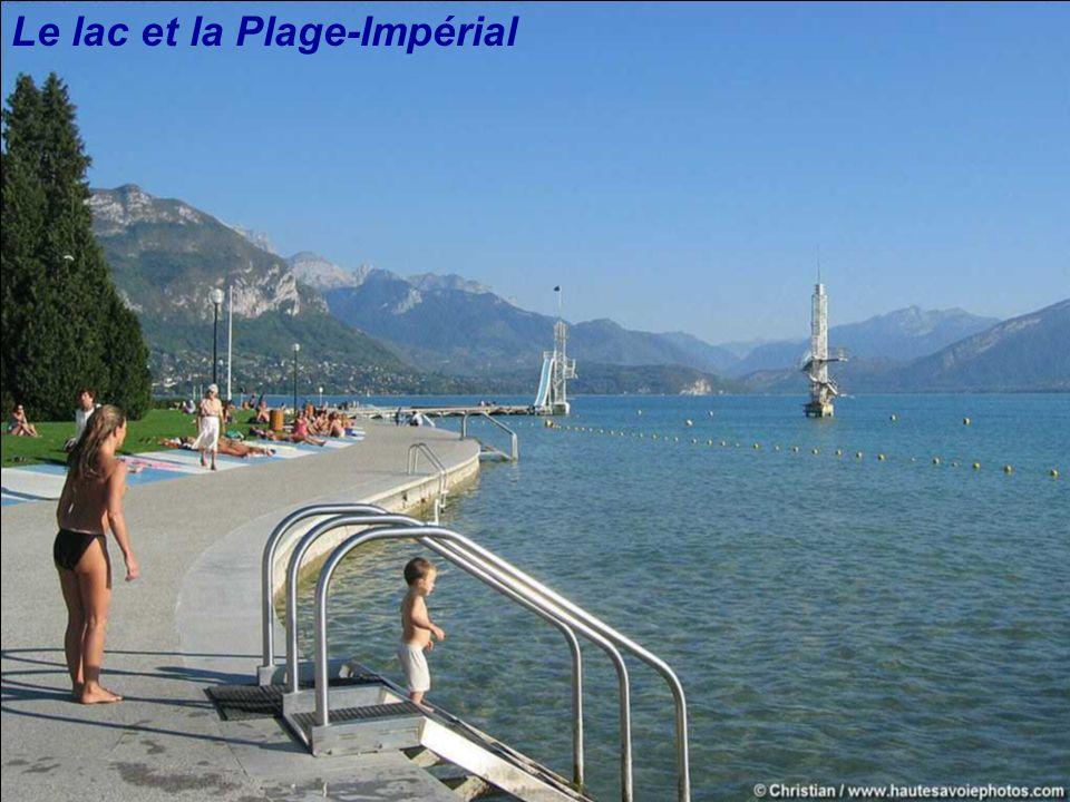 Le lac d'Annecy, le village de Duingt et la montagne d'Entrevernes