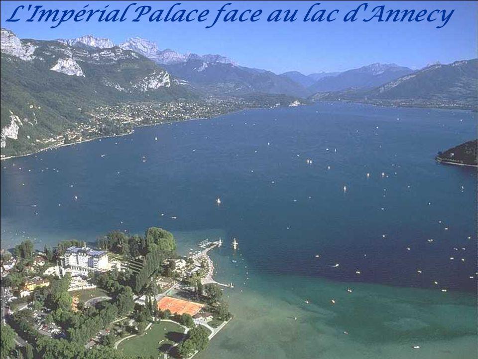 Les montagnes se reflétant sur le lac au port de Sevrier