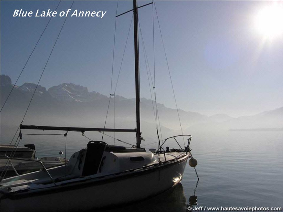 Talloires au premier plan, le lac d'Annecy et la presqu'île du Château de Duingt