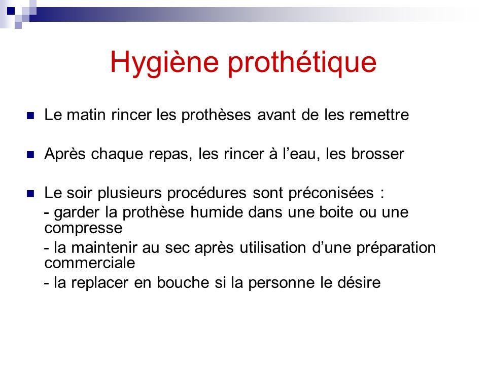 Hygiène prothétique Le matin rincer les prothèses avant de les remettre Après chaque repas, les rincer à leau, les brosser Le soir plusieurs procédure