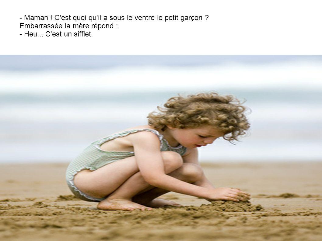 Une petite fille est très occupée à la pelle et au seau à faire un château de sable. Passe alors un petit garçon tout nu.