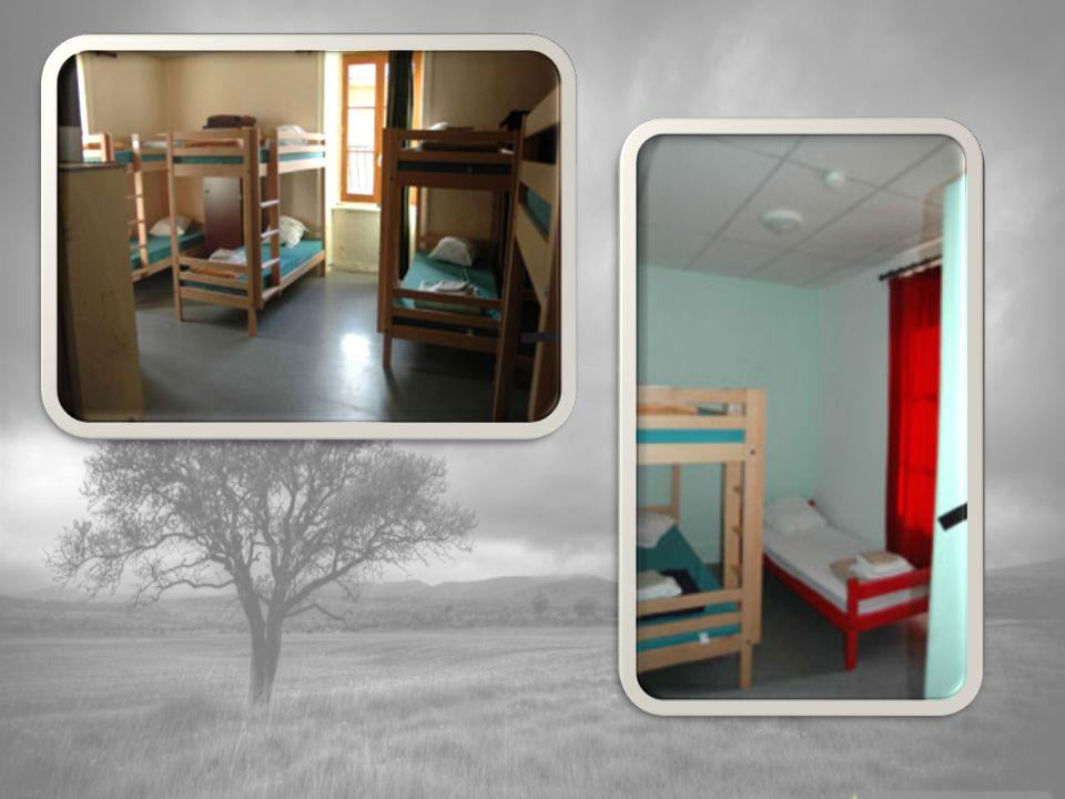7h45 : réveil et habillage 8h00 - 8h45 : petit déjeuner 8h45 - 9h00 : brossage des dents, rangement des chambres 9h00 - 11h55 : activités du matin 12h00 - 13h00 : déjeuner 13h00 - 13h30 : temps libre dans le parc 13h30 - 14h00 : temps calme dans les chambres 14h00 - 16h30: activités de laprès-midi 16h30 : goûter 16h45 - 17h30 : classe 17h30 – 19h00 : douche et temps calme dans les chambres 19h00 : dîner 20h00 : début de la veillée Entre 20h15 et 21h00 : coucher
