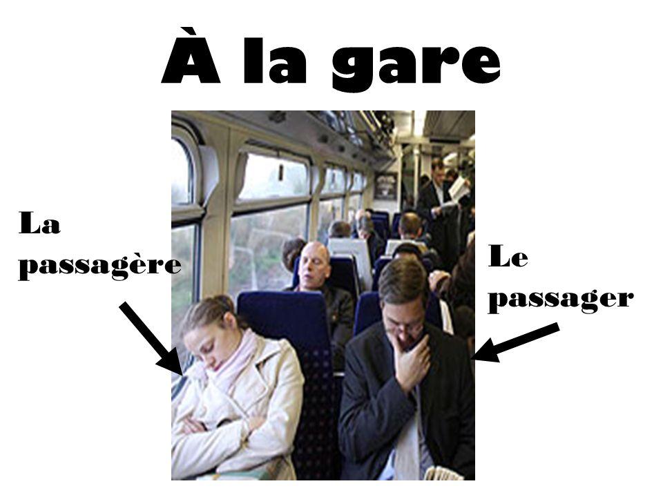 À la gare Le passager La passagère