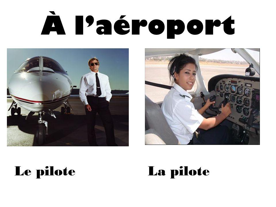 À laéroport Le piloteLa pilote