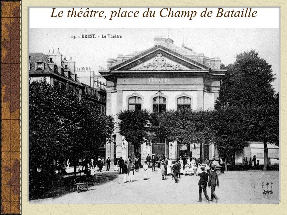 Le théâtre, place du Champ de Bataille