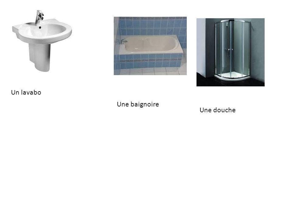 Un lavabo Une baignoire Une douche