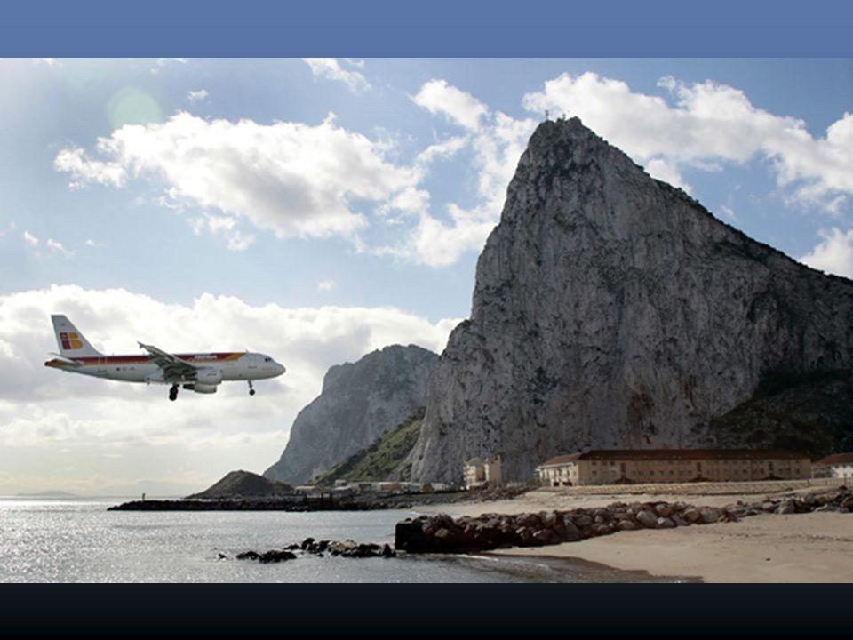Barrière de sécurité à l'intersection de l'aéroport de Gibraltar entre la piste et l'avenue Winston Churchill.