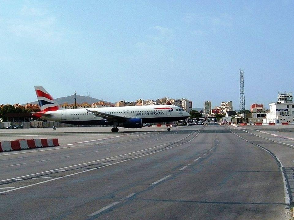 Sur l'aéroport de Gibraltar, cest la seule piste. Elle traverse la rue principale. Chaque fois quun avion veut atterrir ou décoller, la rue est fermée