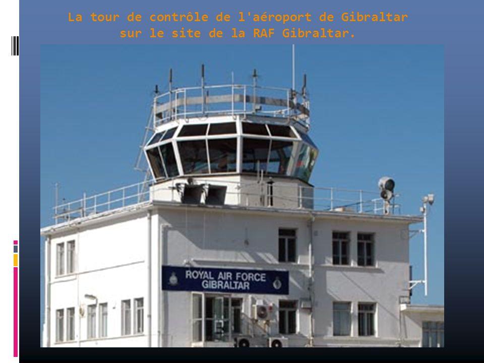 La piste de l'aéroport de Gibraltar va tout droit vers la rue principale !