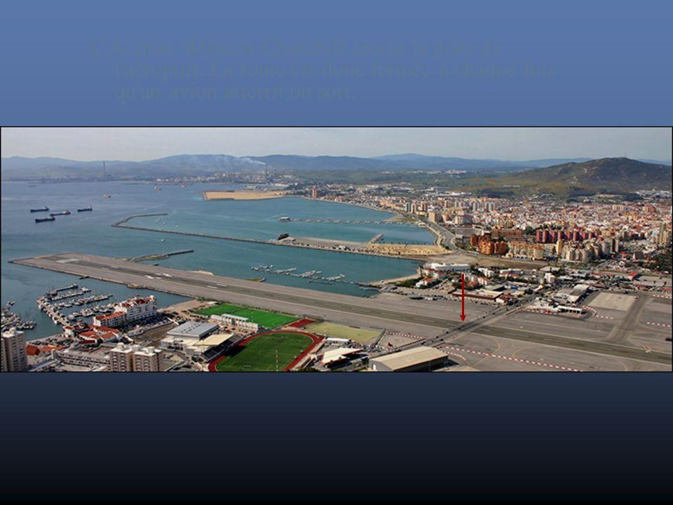La tour de contrôle de l'aéroport de Gibraltar sur le site de la RAF Gibraltar.