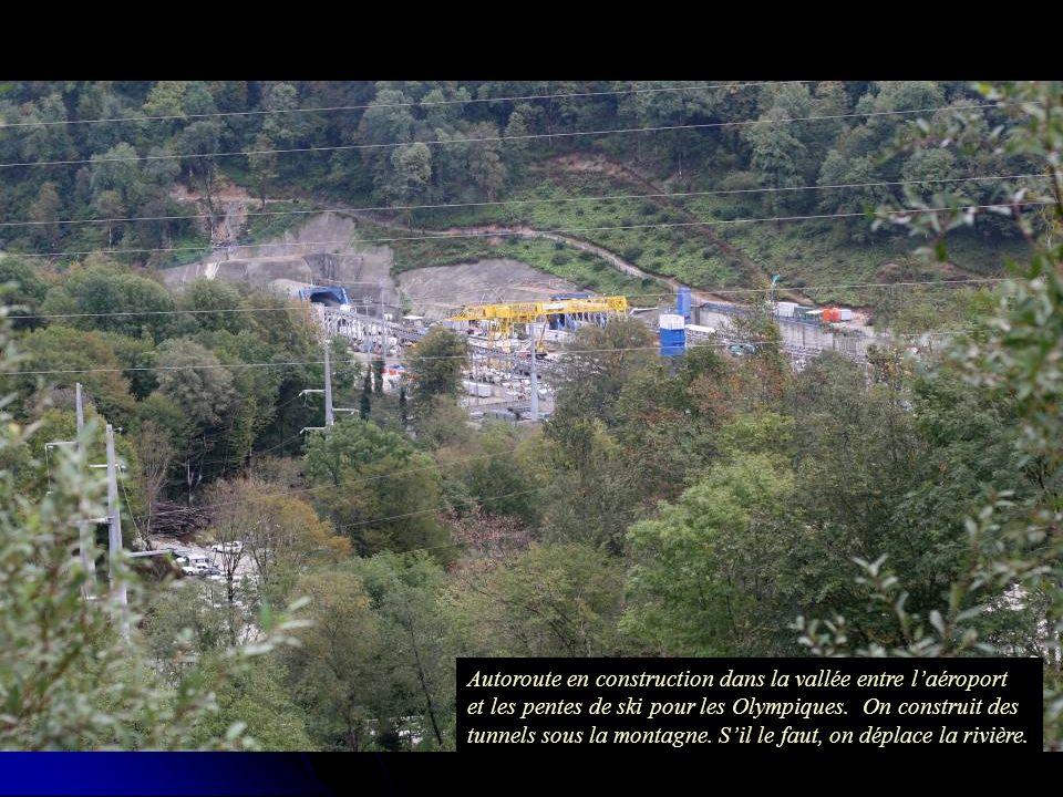 Autoroute en construction dans la vallée entre laéroport et les pentes de ski pour les Olympiques.