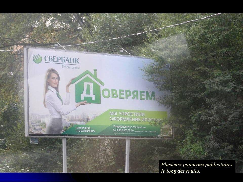 Plusieurs panneaux publicitaires le long des routes.