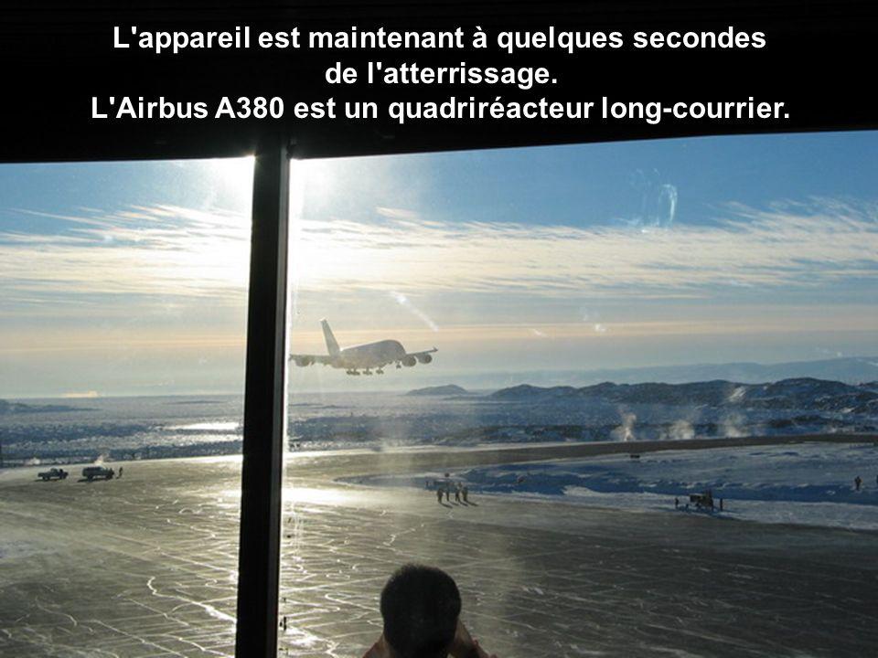 L appareil est maintenant à quelques secondes de l atterrissage.