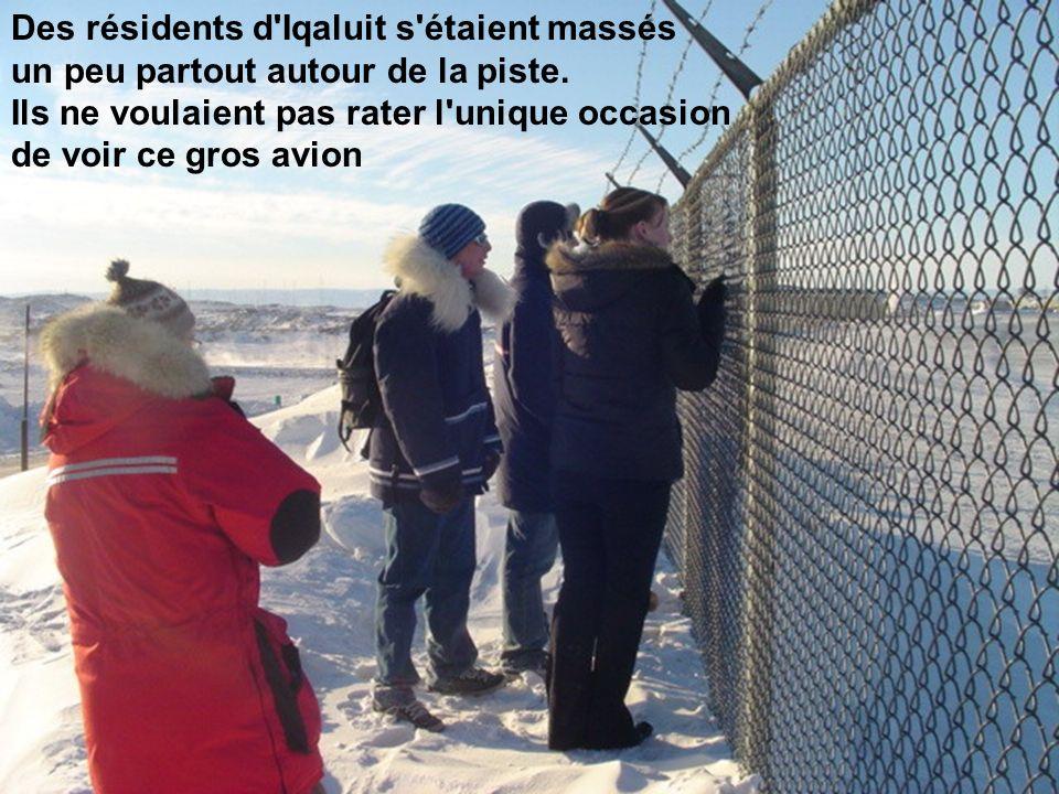 Des résidents d Iqaluit s étaient massés un peu partout autour de la piste.