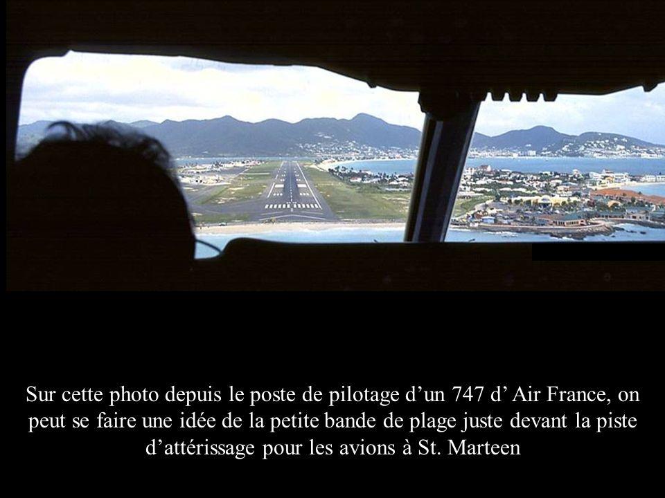 Sur cette photo depuis le poste de pilotage dun 747 d Air France, on peut se faire une idée de la petite bande de plage juste devant la piste dattéris