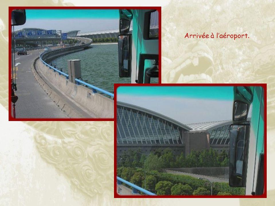 Un train à haute vitesse, le Maglev, magnétique, conçu par des ingénieurs allemands, sans rails, relie Pudong à laéroport en 7 minutes et 20 secondes,