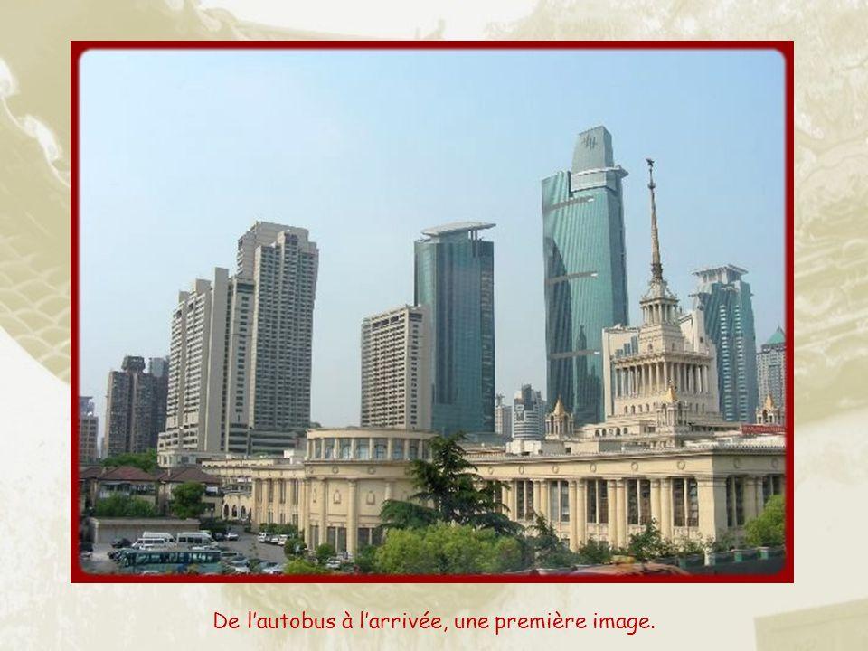 Lorsque lon débarque à Shanghai, ce qui frappe, de prime abord, cest que la ville est tout à fait insérée dans le IIIe millénaire, résolument tournée