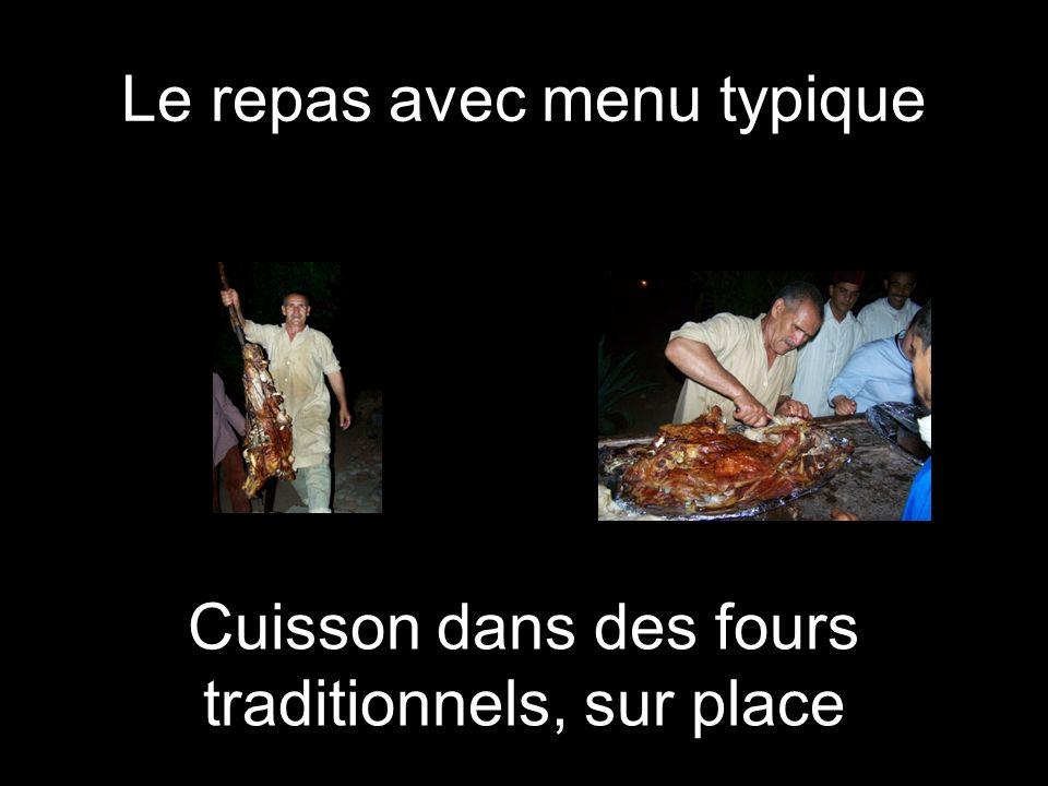 Le repas avec menu typique Cuisson dans des fours traditionnels, sur place