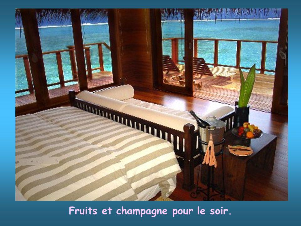 Fruits et champagne pour le soir.