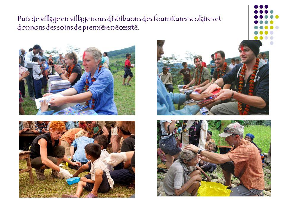 Puis de village en village nous distribuons des fournitures scolaires et donnons des soins de première nécessité.
