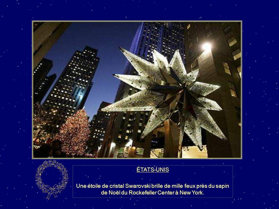 ÉTATS-UNIS Le célèbre sapin de Noël du Rockefeller Center à New York sest illuminé le 29 novembre 2006 pour la 74e année. Il mesure 88 pieds et est dé