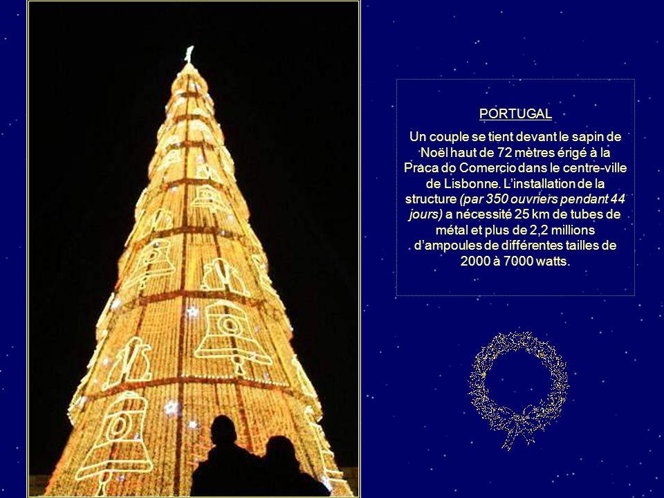 PHILIPPINES Des ouvriers décorent un arbre de Noël géant à Manille.