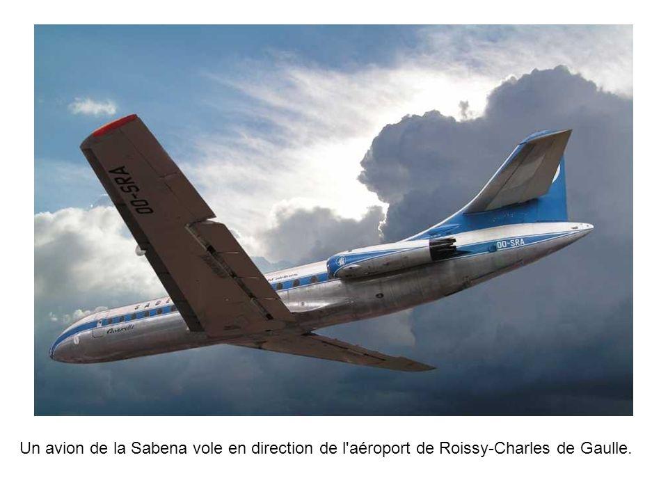 Un avion de la Sabena vole en direction de l aéroport de Roissy-Charles de Gaulle.