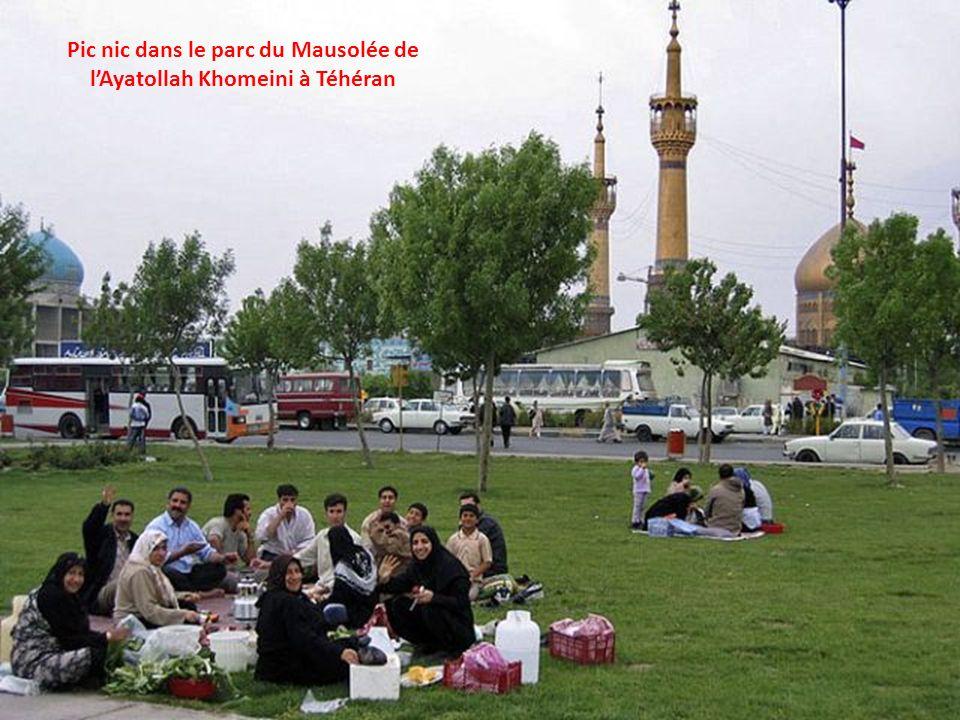 Pic nic dans le parc du Mausolée de lAyatollah Khomeini à Téhéran