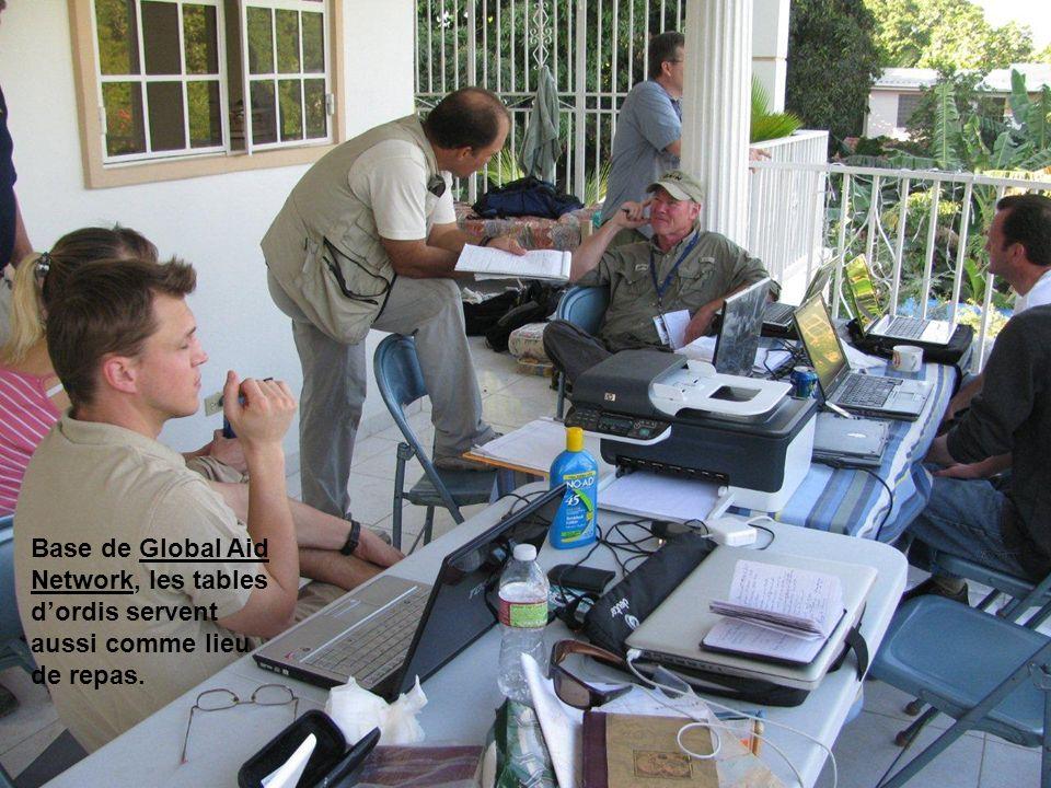 Base de Global Aid Network, les tables dordis servent aussi comme lieu de repas.