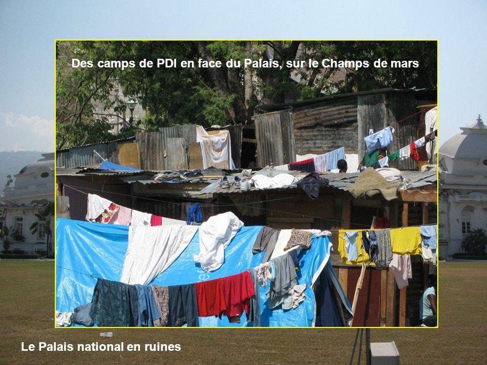 Le Palais national en ruines Des camps de PDI en face du Palais, sur le Champs de mars