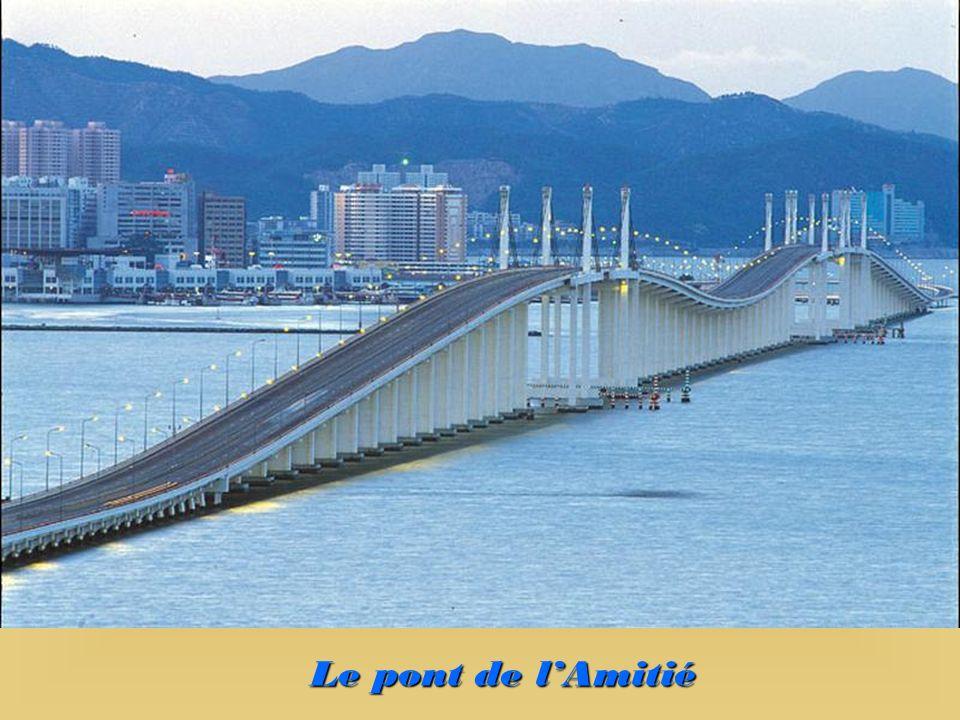 Lïle de Taipa est reliée à la péninsule (Macao) par deux grands ponts. Lïle de Coloane est reliée à celle de Taipa par une immense digue. Elle est deu