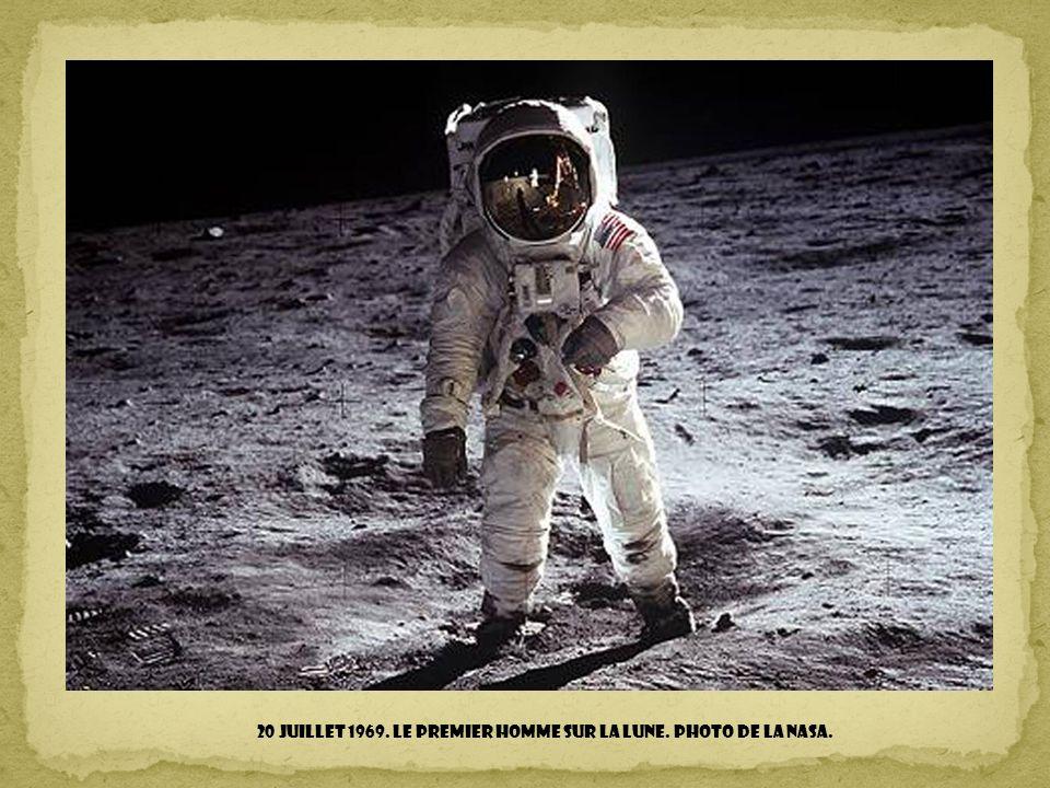 24 décembre 1968. Première photo de la Terre au-dessus de l'horizon lunaire, prise depuis Apollo 8