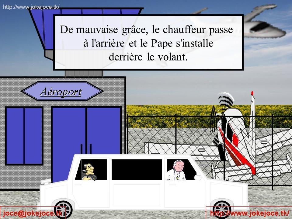 De mauvaise grâce, le chauffeur passe à l arrière et le Pape s installe derrière le volant.