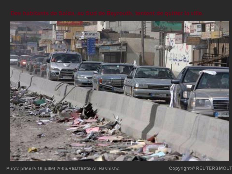 Photo prise le 19 juillet 2006/REUTERS/ Ali Hashisho Copyright © REUTERS MOLT Des habitants de Saïda, au Sud de Beyrouth, tentent de quitter la ville.