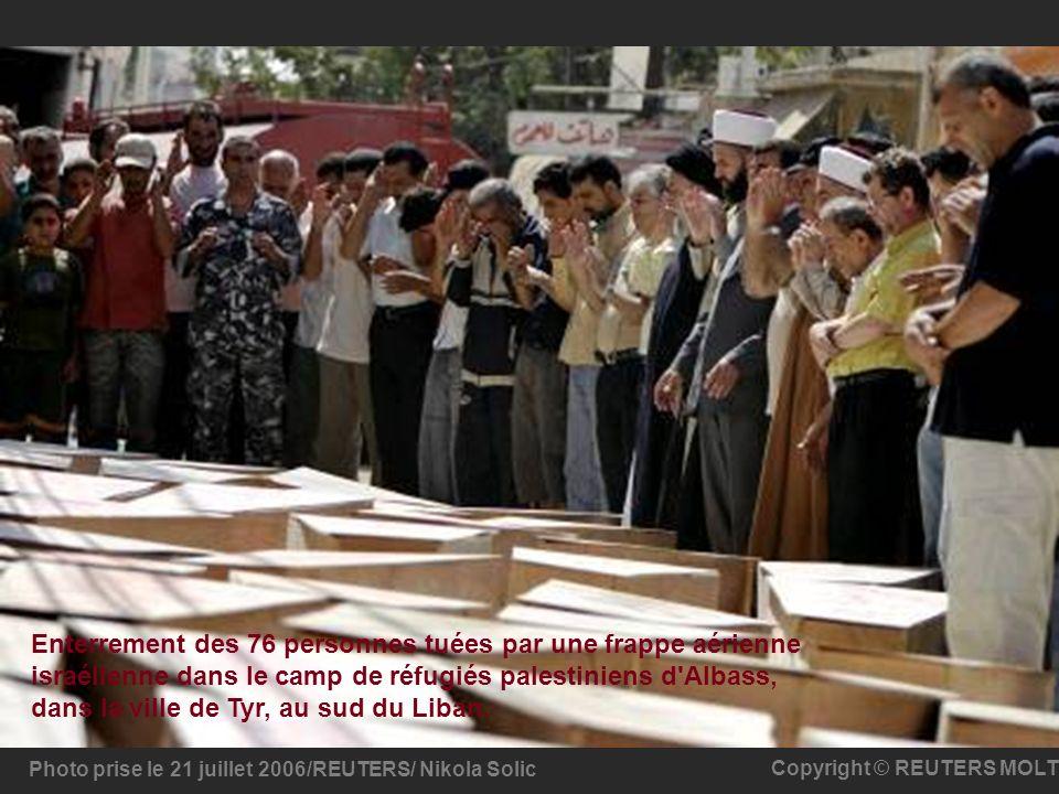 Photo prise le 21 juillet 2006/REUTERS/ Nikola Solic Copyright © REUTERS MOLT Enterrement des 76 personnes tuées par une frappe aérienne israélienne d