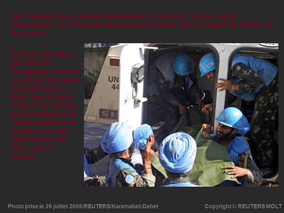 Copyright © REUTERS MOLT Des casques bleus indiens transportent le corps de l'un des quatre observateurs de l'Onu tués dans un raid israélien dans la