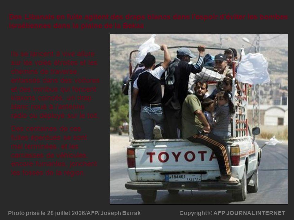 Des Libanais en fuite agitent des draps blancs dans l'espoir d'éviter les bombes israéliennes dans la plaine de la Bekaa Copyright © AFP JOURNAL INTER