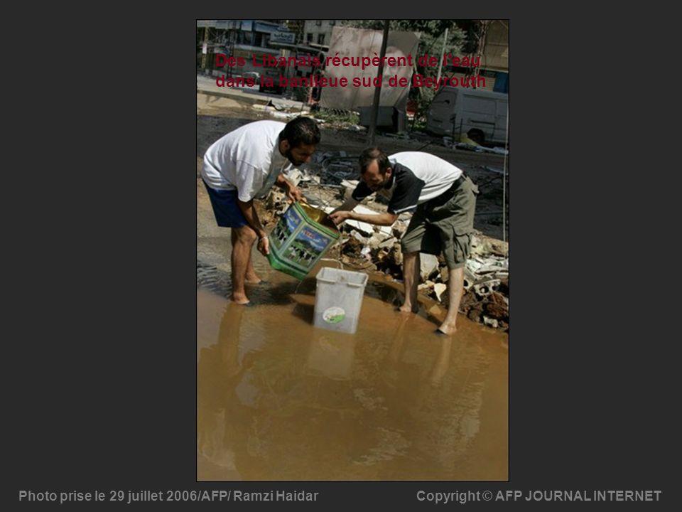 Copyright © AFP JOURNAL INTERNETPhoto prise le 29 juillet 2006/AFP/ Ramzi Haidar Des Libanais récupèrent de l'eau dans la banlieue sud de Beyrouth