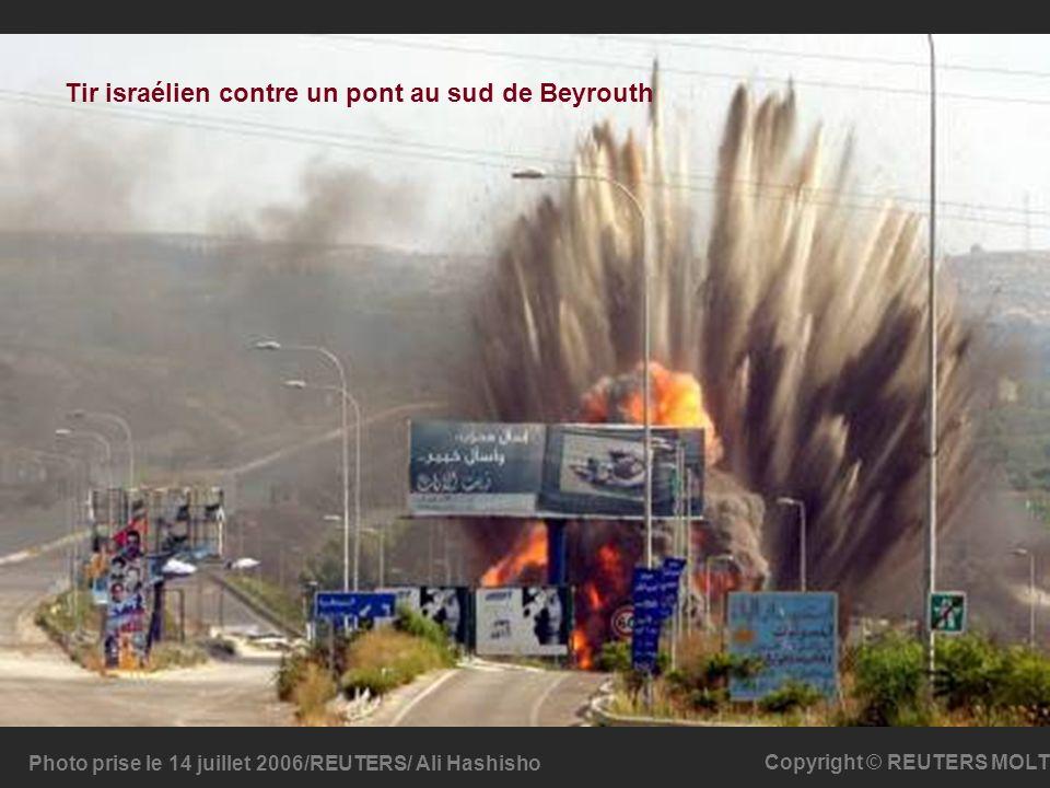 Photo prise le 14 juillet 2006/REUTERS/ Ali Hashisho Copyright © REUTERS MOLT Tir israélien contre un pont au sud de Beyrouth