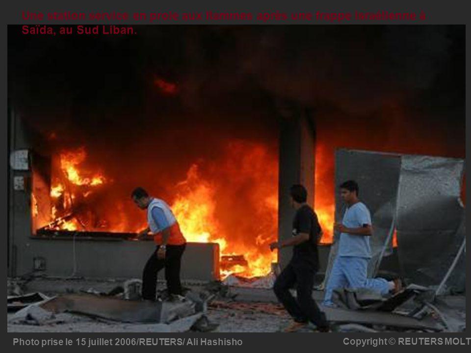 Photo prise le 15 juillet 2006/REUTERS/ Ali Hashisho Copyright © REUTERS MOLT Une station service en proie aux flammes après une frappe israélienne à