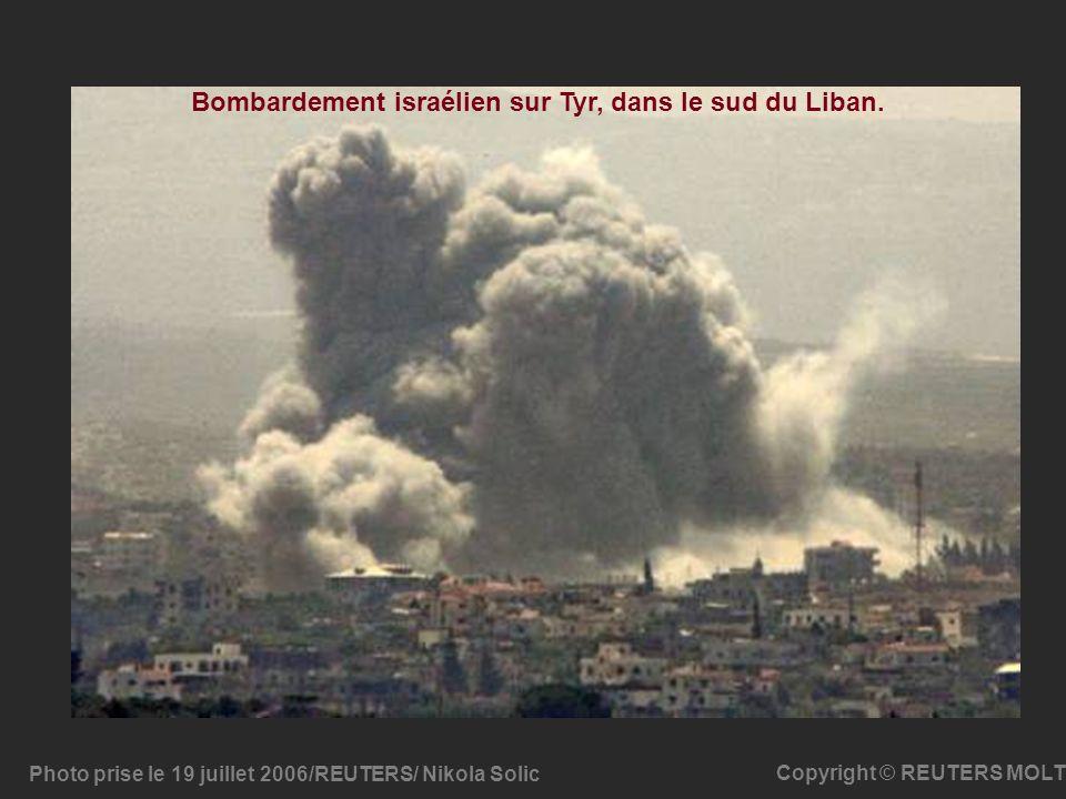 Photo prise le 19 juillet 2006/REUTERS/ Nikola Solic Copyright © REUTERS MOLT Bombardement israélien sur Tyr, dans le sud du Liban.