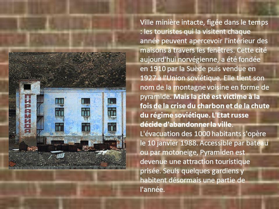 Ville minière intacte, figée dans le temps : les touristes qui la visitent chaque année peuvent apercevoir l'intérieur des maisons à travers les fenêt